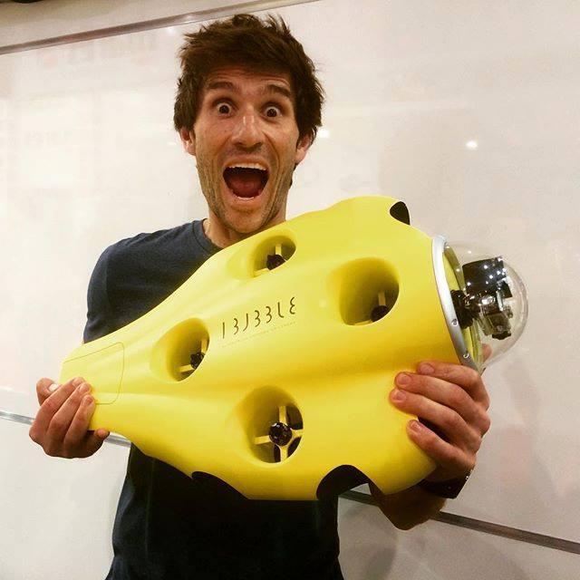 Le champion d'apnée Guillaume Néry avec la toute première maquette du drone iBubble.