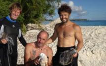 """De gauche à droite : le réalisateur René Heuzey, fondateur du projet et de l'association """"Un Océan de Vie"""", Frank Bruno et Bixente Lizarazu, membres d'honneur de l'association."""